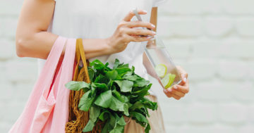 female,hands,hold,eco,bag,of,vegetables,,greens,and,reusable